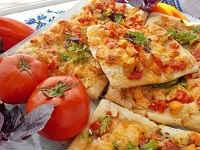 Пицца на готовом слоеном тесте - рецепты с сыром, грибами, колбасой, помидорами, курицей