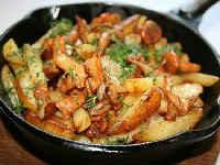 Лисички, жареные с картошкой со сметаной, сливками, мясом, луком, майонезом