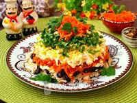 Салаты с копченой курицей и корейской морковью, с фасолью, кукурузой, перцем, чипсами, сухариками, слоями
