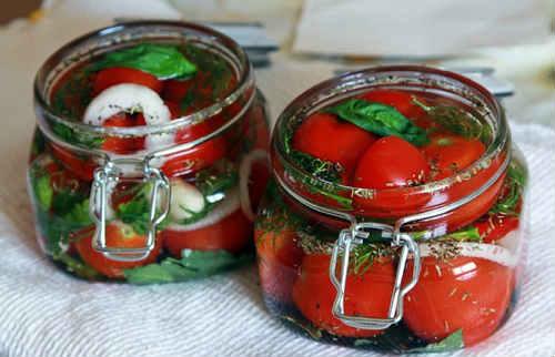 помидоры в банках малосольные