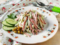 салат с копченой колбасой и огурцом