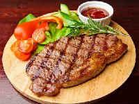 Вкусные и сочные стейки из свинины в духовке - рецепты