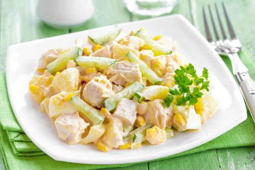 салат и копченой курицы и ананасов
