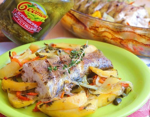 судак, запеченный с картофелем