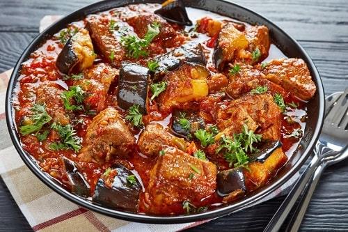 говядина тушеная с овощами на сковороде