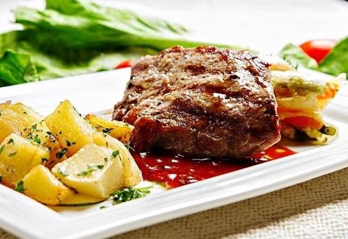 стейк говядины на сковороде