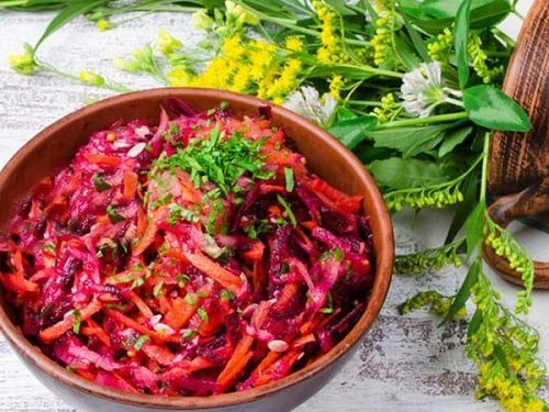 салат из свежей свеклы с морковкой