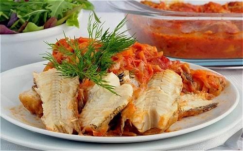 Минтай с овощами запеченный в духовке-min
