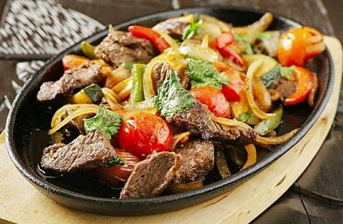 как пожарить мясо с овощами-min
