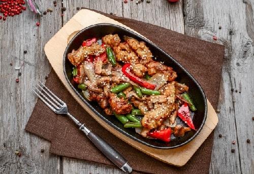 мясо с овощами на сковороде-min