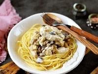 паста с грибами и курицей в сливочном соусе-min