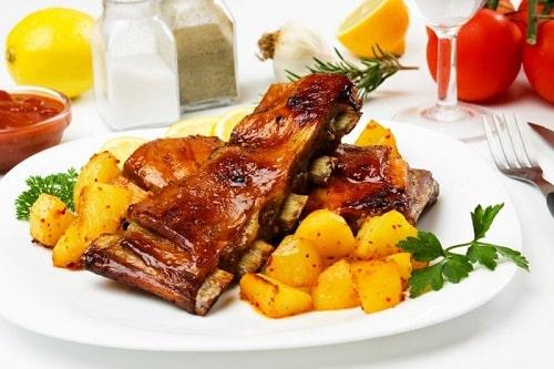 свиные ребрышки с картошкой-min