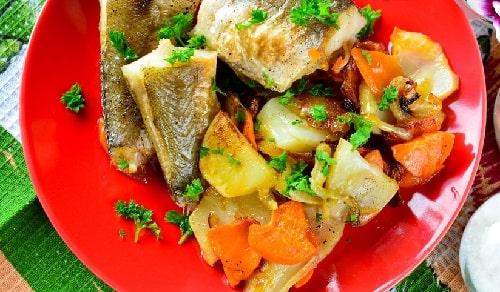 хек, запеченный с овощами
