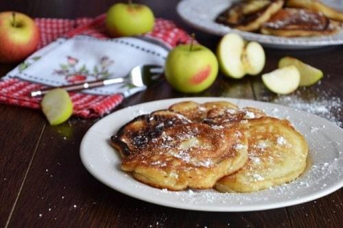 как приготовить оладьи с яблоками на кефире-min
