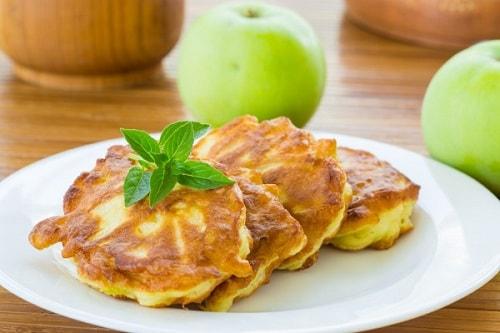 оладьи с яблоками-min