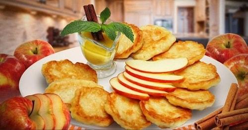 оладьи с яблоками на кефире-min
