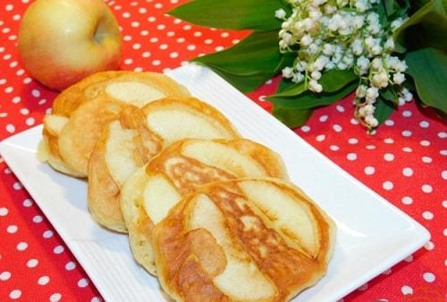 пышные оладьи с яблоками на кефире-min