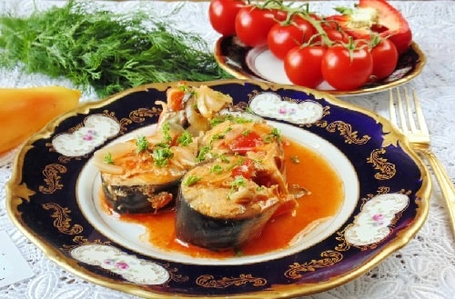 скумбрия в томатном соусе на сковороде-min