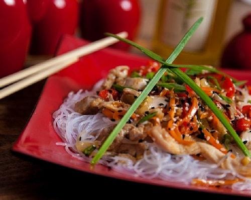 Фунчоза с курицей и овощами по-корейски