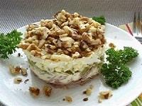 салат с курицей и яблоком и грецкими орехами