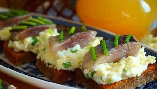 бутерброд с селедкой и сыром