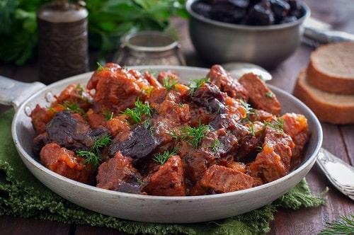 говядина с черносливом тушеная в духовке-min