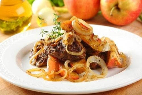 как приготовить печень с яблоками и луком