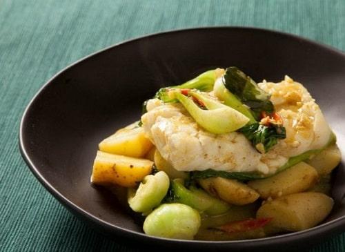 филе трески на сковороде с овощами