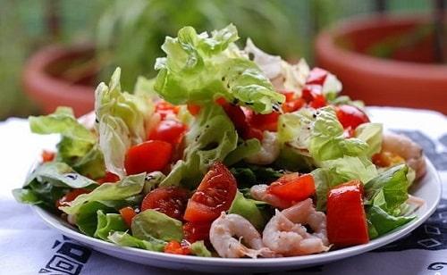 салат с креветками и помидорами и рукколой