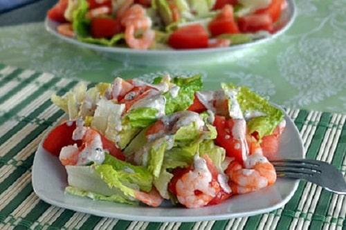 салат с креветками и помидорами приготовление