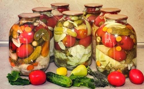 ассорти огурцы с помидорами и кабачками