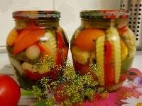 маринованное ассорти из огурцов помидоров капусты