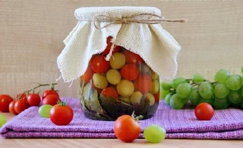Маринованные помидоры черри с виноградом