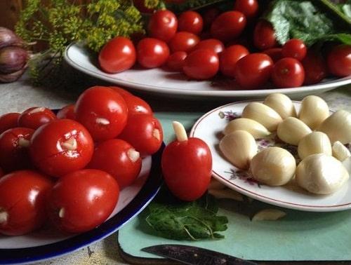 помидоры фаршированные чесноком