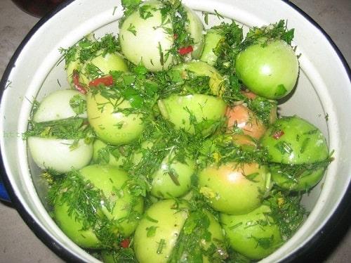 зелёные помидоры соленые в ведре