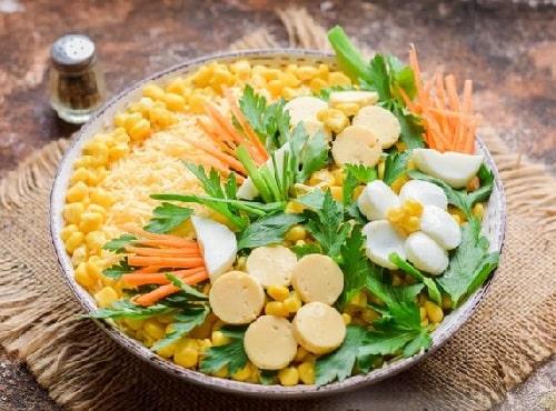 Салат с маринованными шампиньонами и кукурузой