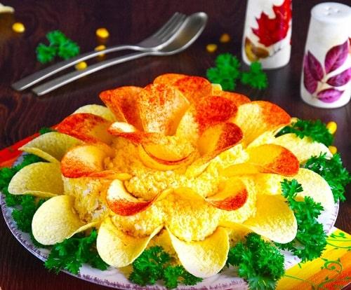 салат хризантема с чипсами